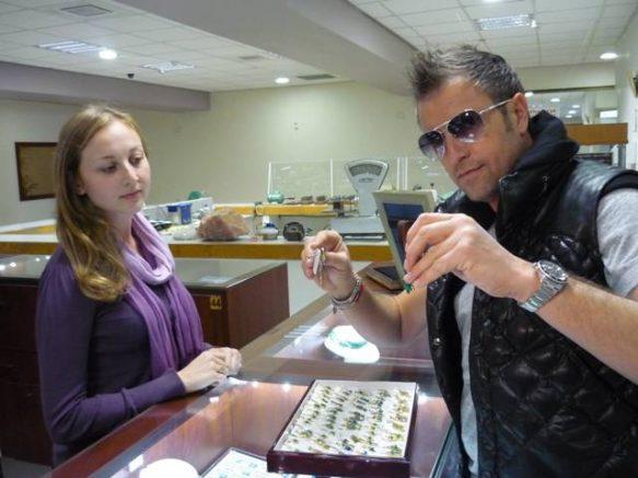 Cumparand-bijuterii-la-fabrica-de-pietre-Eilat-de-la-o-vanzatoare-romanca1