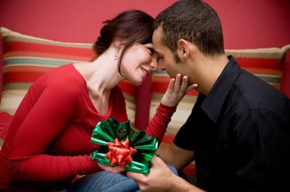 couple-christmas-gift-wallpaper